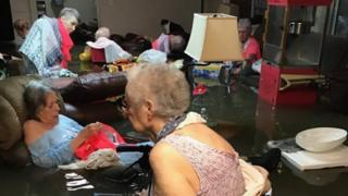 La foto que muestra a las ancianas sumergidas parcialmente en la inundación en la residencia donde vivían.