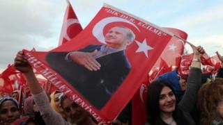 People carry a flag depicting Turkish President Recep Tayyip Erdogan in Ankara. Photo: 17 April 2017