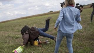 Мигранттын буттан чалып жыгытып, аты дүң болгон венгриялык телеоператор Петра Ласло