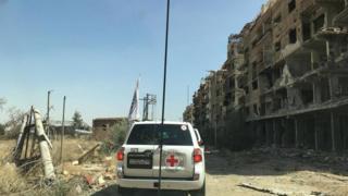 赤十字は支援部隊がダラヤを通行する様子をツイッターに投稿した(1日)
