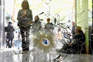 Отвори від куль у вітрині магазину на Єлисейських Полях у Парижі