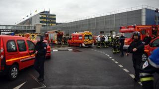 Paris'teki Orly Havalimanı olayın ardından boşaltılıyor.