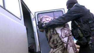 Орусиянын Федералдык коопсуздук кызматы жана Улуттук гвардия кызматкерлери тарабынан Калининградда теги борборазиялык 12 киши кармалды.