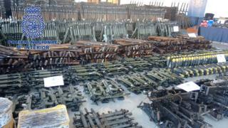 Imagen que muestra el arsenal incautado por la Policía de España.