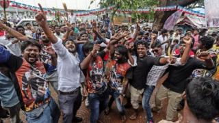 """Indian fans of superstar Rajinikanth dances as they celebrates his much awaited film """"Kabali"""" at Aurora theatre in Mumbai, India, 22 July 2016"""