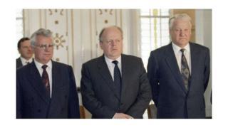 1991-жылы 8-декабрда Орусия, Украина жана Белоруссия лидерлери Борис Ельцин, Леонид Кравчук жана Станислав Шушкевич Беловежде СССРдин тарашына алып келген макулдашууга кол койгон.