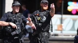 Британ полициясы күчөтүлгөн тартипте иш алып барууда.