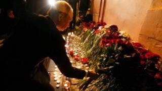 ประธานาธิบดี วลาดิเมียร์ ปูติน วางดอกไม้ไว้อาลัยต่อผู้เสียชีวิตใกล้ที่เกิดเหตุ