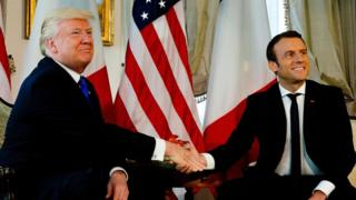 چند لمحوں بعد صدر ٹرمپ نے اپنا ہاتھ چھڑآنے کی کوشش کی