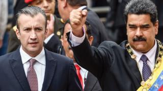 Tareck el-Aissami, kiri, dan Presiden Nicolas Maduro. menyambut pendukung di Mahkamah Agung di Caracas on 15 Januari 2017