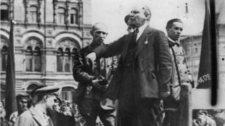 Vladimir Lenin dando un discurso en 1917