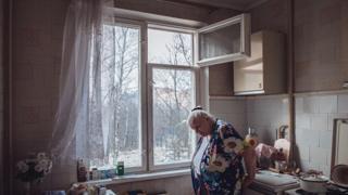 Mujer en un bloque de edificios en Moscú pendiente de derribo
