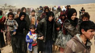 عشرات الفارين من القتال في الموصل