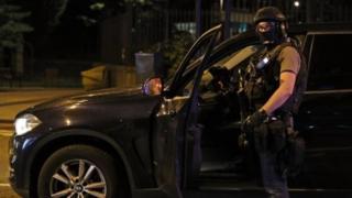 Сортудник спецслужб проверяет автомобиль в Лондоне