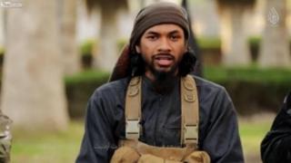 Neil Prakash, oo ku magac dheer Abu Khaled al-Cambodi, ayaa ka soo muuqday muuqaalo borobogaando ah oo ay leedahay kooxda isku magacawda Dawladda Islaamka