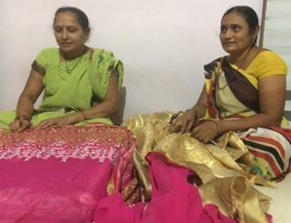 ઘરકામ ઉપરાંત ઍમ્બ્રૉઇડરીનું કામ કરતી મહિલાઓ પાસે હવે કોઈ કામ જ નથી, મહિલાઓની તસવીર