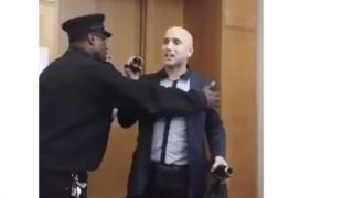 Грэма Филлипса из помещения вывела полиция
