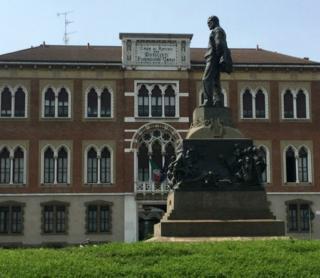 Estatua de Giuseppe Verdi frente a la fachada de la Casa de Reposo o Casa Verdi en Milán, Italia.