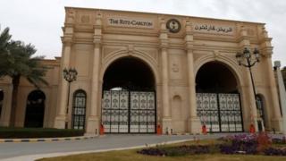 Abo bantu bakomeye bari bafungiwe muri hoteli yitwa Ritz-Carlton iri i Riyadh.