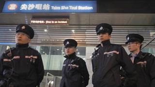 港铁尖沙咀站外的警察