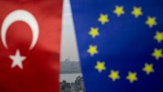 İstanbul'da asılı Türkiye ve Avrupa Birliği bayrakları