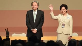 據特首選舉之前民調反映,曾俊華(左)民望遠遠拋離林鄭月娥(右);但經選委投票後,特首寶座卻由林鄭月娥登上。