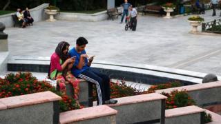 Iranians using smartphones
