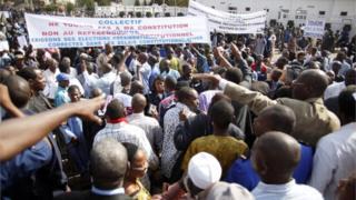 """Le collectif """"Touche pas à ma constitution"""" demande le retrait du projet de révision constitutionnelle."""