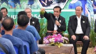 นายกฯ พบเกษตรกรและประชาชนชาวสุพรรณบุรี โดยมีอดีต ส.ส.พรรคชาติไทยพัฒนา ร่วมพูดคุยด้วย เมื่อ 18 ก.ย. 2560