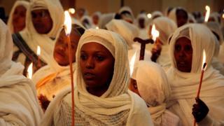 'Yan Habasha sun rike kyandira ya yinda suke halatar taron adu'oi a cocin Holy Trinity Cathedral Orthodox da ke Addis Ababa - a ranar Asabar 7 April 2018