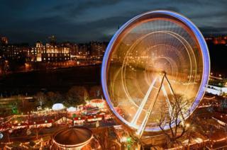 蘇格蘭首府愛丁堡王子街花園的聖誕集市流光溢彩