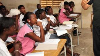 Des élèves dans une école de Pikine en banlieue dakaroise écoutent un intervenant (illustration)