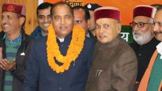 नए मुख्यमंत्री जय राम ठाकुर को बधाई देते प्रेम कुमार धूमल
