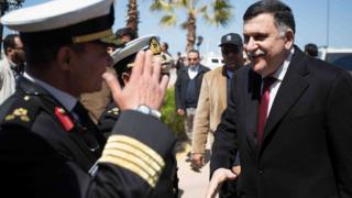 トリポリの海軍基地に到着したサラジ暫定首相(30日)