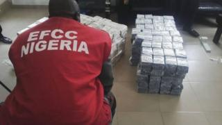 EFCC official sidon dey look money wey dem carry for person house
