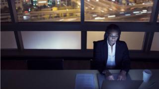 mulher trabalhando no computador à noite