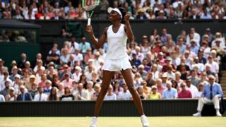 Venus Williams jubile après sa victoire en deux sets sur la Britannique Johanna Konta