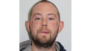 酸攻撃の容疑者はロンドン東部の警察署に出頭した