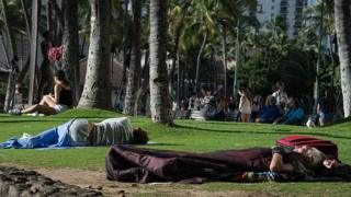 Sem-teto dormingo na grama no Havaí