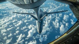 米軍は7月末、北朝鮮への警告として爆撃機を朝鮮半島上空に派遣した。グアム・アンダーセン空軍基地から10時間の飛行任務で朝鮮半島上空を飛行したB-1Bランサー爆撃機は、空中給油を受けた