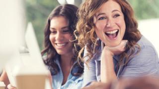 Две работницы смеются