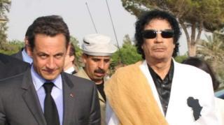 Nicolas Sarkozy ve Muammer Kaddafi