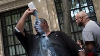 Göstericiler, biber gazının etkisine karşı kendi hazırladıkları sıvıları kullandı.