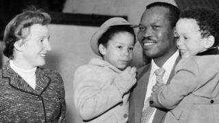 Seretse Khama e Ruth Williams com seus filhos