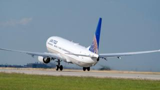 Avión de United despegando