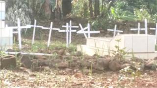 La panique s'est installée dans le village après la profanation de plusieurs tombes.