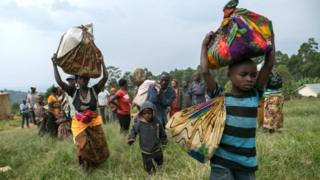 Des réfugiés en déplacement en Ouganda