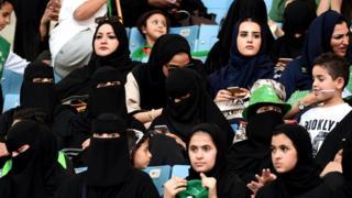 स्टेडियम में सऊदी महिलाएं