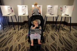 Lucille Lemkin akimsubiri mama yake alipokuwa akipiga kura yake katika Luxe Hotel, California