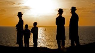 اسرائیلیانو ته ویل کېږي چې تاسو باید په خپله دنده کې فوق العاده او تر بل هر چا ډېره وړتیا ولرئ، هغه که دفتري کار وي، که لوبه وي